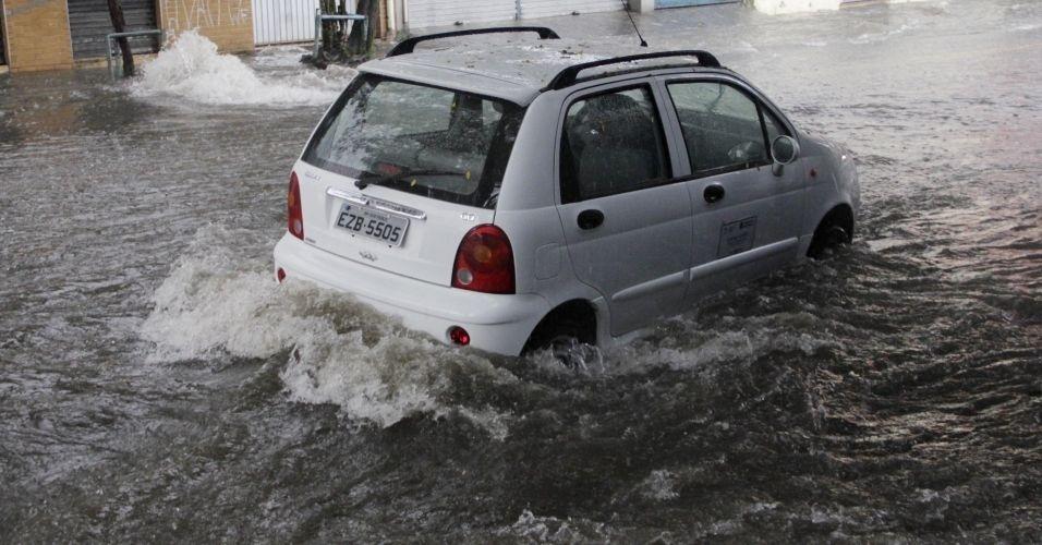 12.mar.2012 - Forte chuva em São Paulo deixa rua José Zappi, na zona leste, alagada. O temporal deixou toda a cidade em estado de atenção. Segundo o Centro de Gerenciamento de Emergência (CGE), houve chuva de granizo na região do Brooklin, zona sul da capital