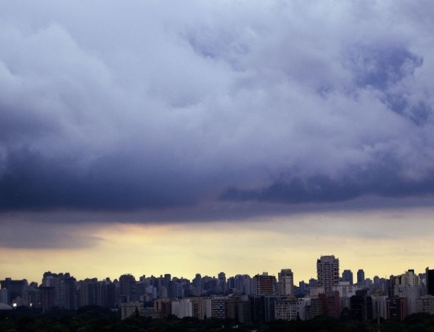 13.mar.2012 - Forte chuva deixa regi&#245;es de S&#227;o Paulo em estado de aten&#231;&#227;o no final da tarde desta ter&#231;a-feira