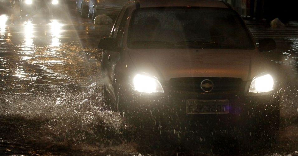 13.mar.2012 - Motoristas enfrentaram alagamentos na rua General Osório, no Centro de São Paulo, após forte chuva que atingiu a capital paulista