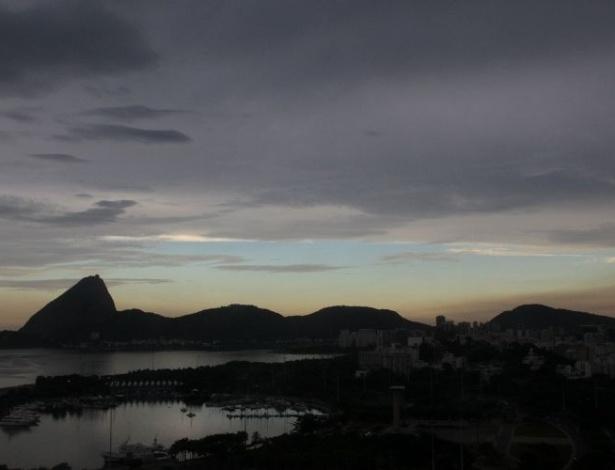 13.mar.2012 - O tempo quente e úmido formou nuvens carregadas sobre o Rio de Janeiro nesta tarde de terça-feira (13). Fortes chuvas atingiram a cidade no fim da tarde