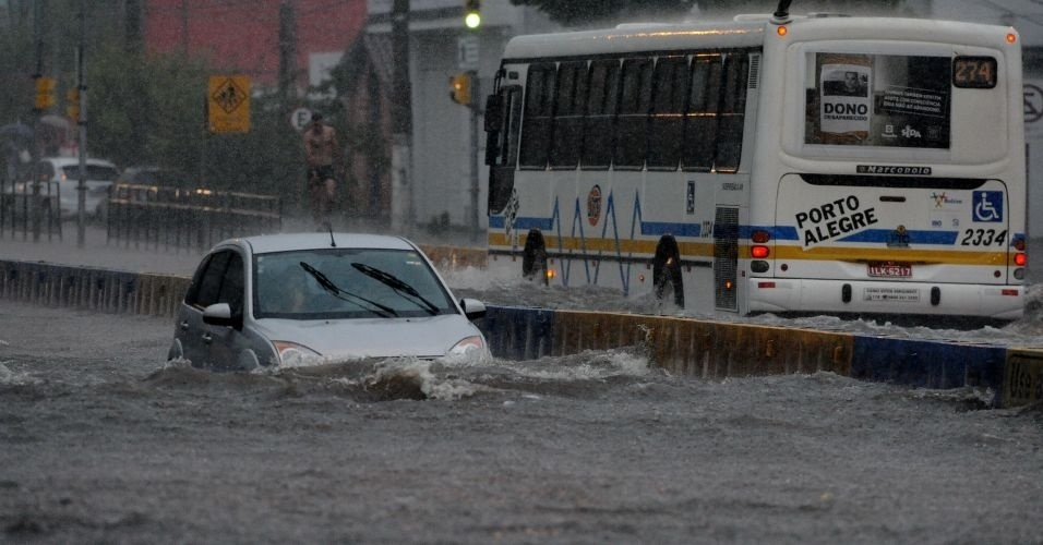14.mar.2012 - Uma forte chuva atingiu Porto Alegre, deixando mais de 50 mil pessoas sem luz na regi&#227;o metropolitana. A estimativa &#233; de que choveu, apenas pela manh&#227;, 60% do volume esperado para todo o m&#234;s de mar&#231;o