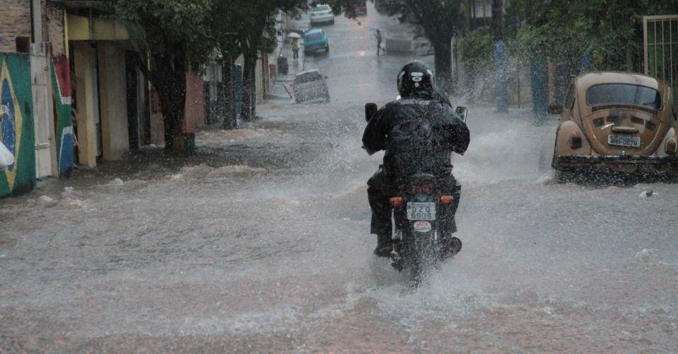 17.fev.2012 - Chuva intensa durante a tarde em São Paulo, provoca alagamento na rua Donato Luongo, no bairro do Mandaqui, zona norte da capital paulista. Veja aqui mais fotos de chuvas pelo Brasil