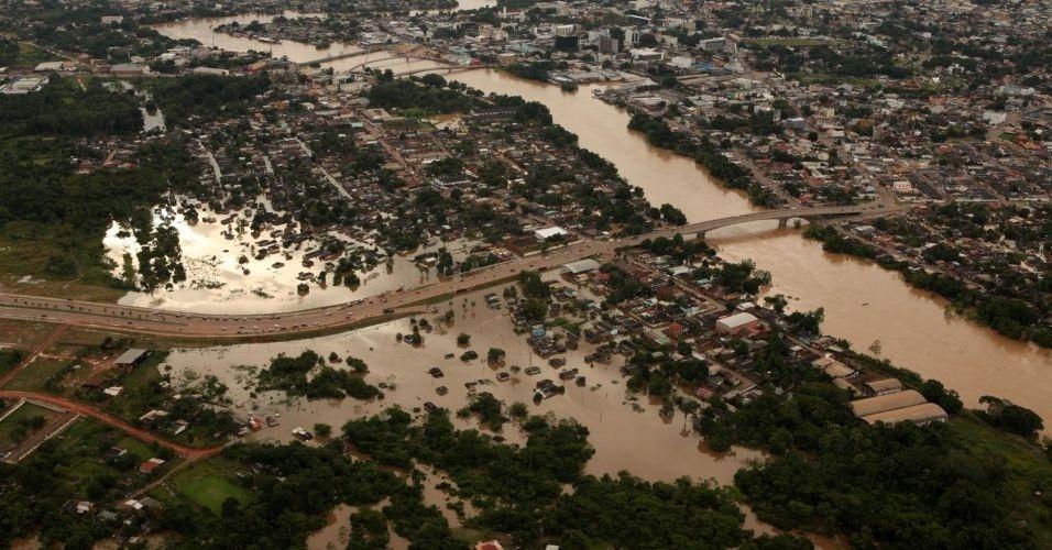 17.fev.2012 - O rio Acre transbordou e deixou a capital Rio Branco em situação de emergência. O nível do rio está quase 3 metros acima do normal. Cerca de 12 mil imóveis foram atingidos até agora pela enchente do rio Acre