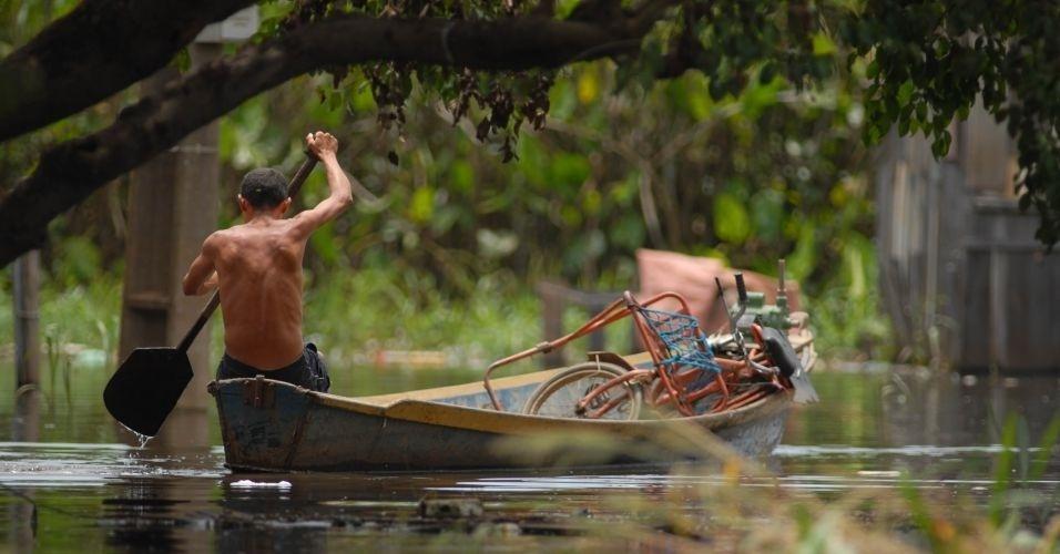 25.fev.2012 - Moradores deixam suas casas neste sábado (25) após a enchente que atingiu a região de Marabá, no Pará. Veja aqui mais fotos de chuvas pelo Brasil