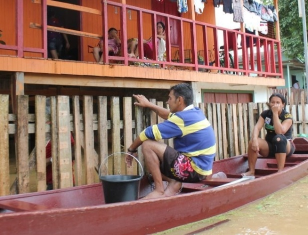 27.fev.2012 - Nível da água se aproxima do chão da casa, já suspensa por estacas. As enchentes no Acre afetam mais de 100 mil pessoas no Estado Mais A Gazeta do Acre