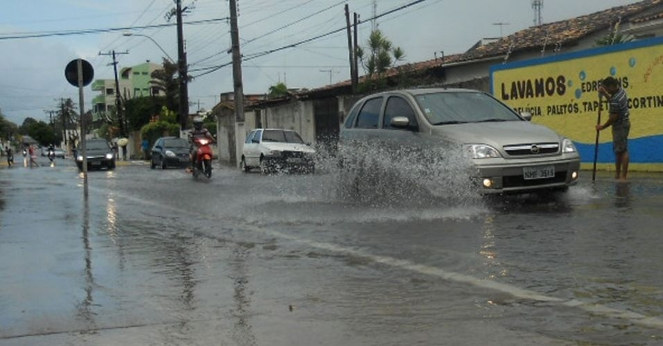 6.mar.2012 - Chuva forte deixa v&#225;rias ruas alagadas em Macei&#243; (AL). O tr&#226;nsito ficou lento nas principais ruas da capital alagoana, como na avenida Aryosvaldo Pereira Cintra, no bairro da Gruta de Lourdes. Segundo alerta emitido pela Secretaria de Estado do Meio Ambiente e dos Recursos H&#237;dricos, deve chover forte at&#233; quarta-feira (7), principalmente no leste do Estado. A Defesa Civil informou que n&#227;o houve registro de ocorr&#234;ncias graves