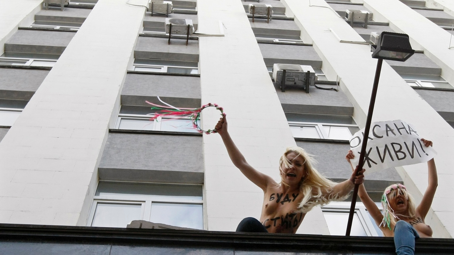 Ativistas do grupo feminista ucraniano Femen protestam, em frente ao prdio da promotoria do pas, em Kiev