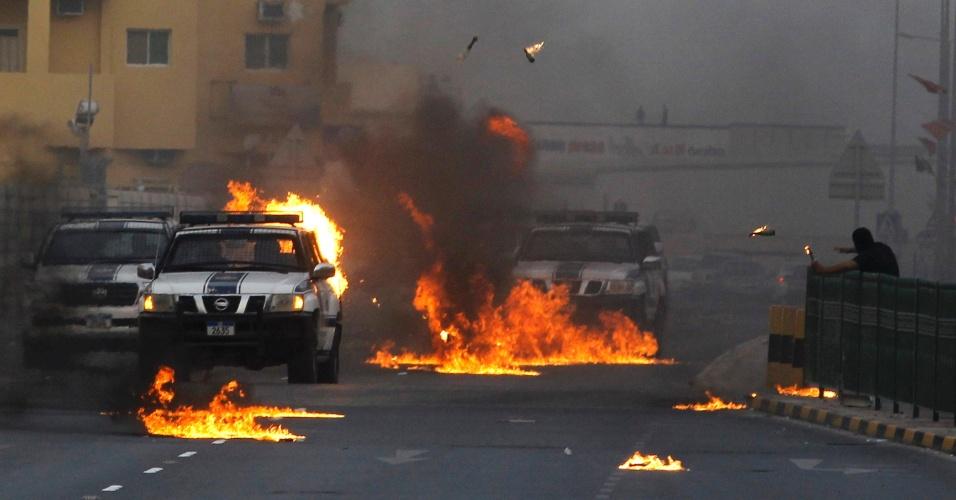 Bareinita lança coquetéis Molotov em veículos da polícia durante protesto em Sitra