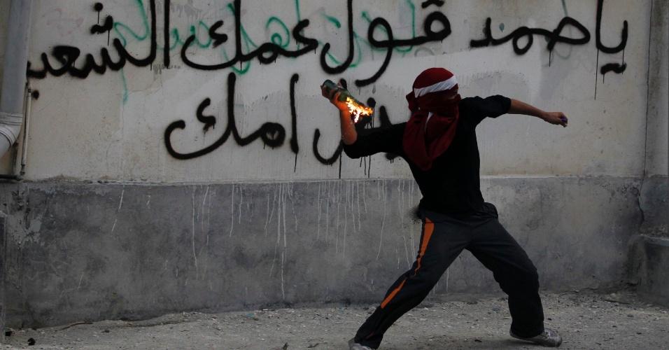 Bareinita lança coquetel Molotov durante protesto em Sitra, ao sul de Manama