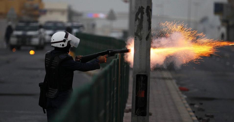 Policial lança gás lacrimogêneo em manifestantes durante protesto em Sitra, ao sul de Manama