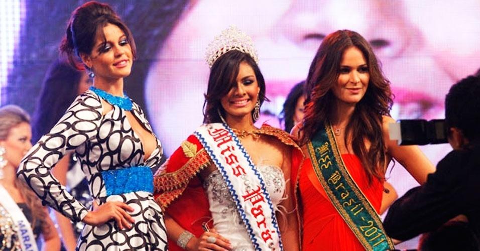 A jovem Layse Souto, 19 (centro), é a Miss Pará 2012. Ela recebeu a faixa da Miss Pará 2011, Ana Paula Padilha (esq.), e a benção da Miss Brasil 2011, Priscila Machado (dir.), em Belém