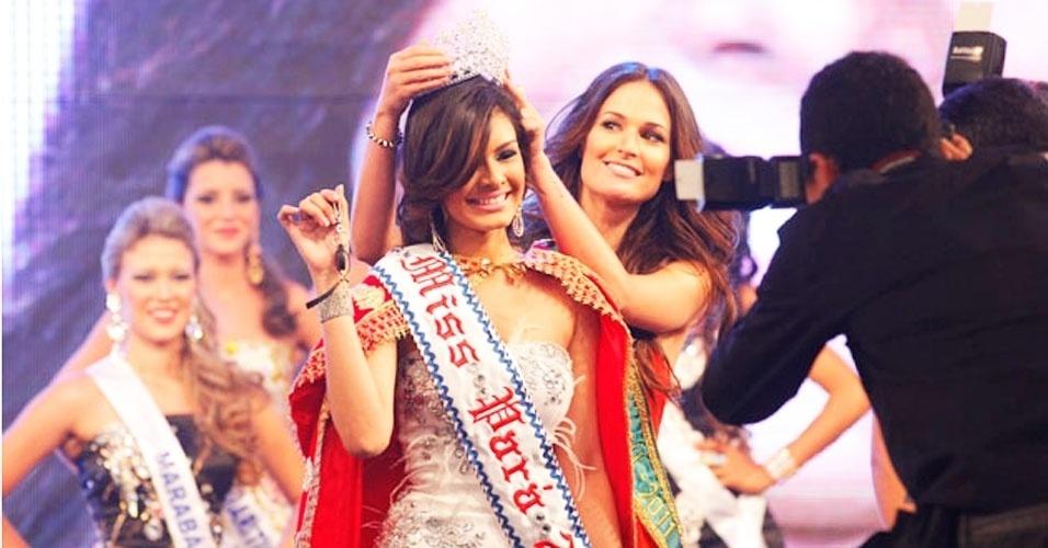 A jovem Layse Souto (esq.), 19, é a Miss Pará 2012. Ela recebeu a faixa da Miss Pará 2011, Ana Paula Padilha, e a benção da Miss Brasil 2011, Priscila Machado (dir.), em Belém