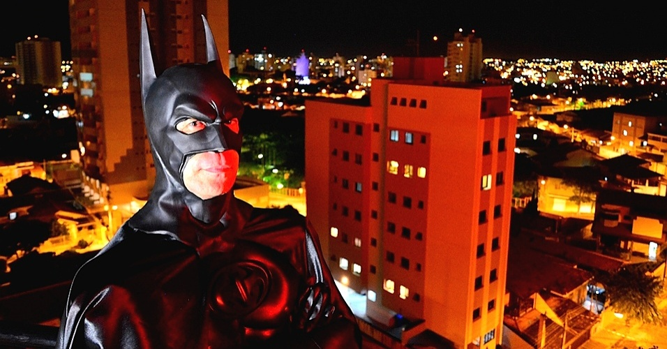 """André Luiz Pinheiro, 50, o Batman de Taubaté, observa a Gotham City do Vale do Paraíba; o """"Cavaleiro das Trevas"""" irá ajudar a polícia em uma campanha contra a violência no município paulista"""