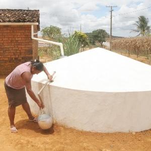 Cisterna de engenharia comum, que usa placas de cimento e é defendida pelos nordestinos