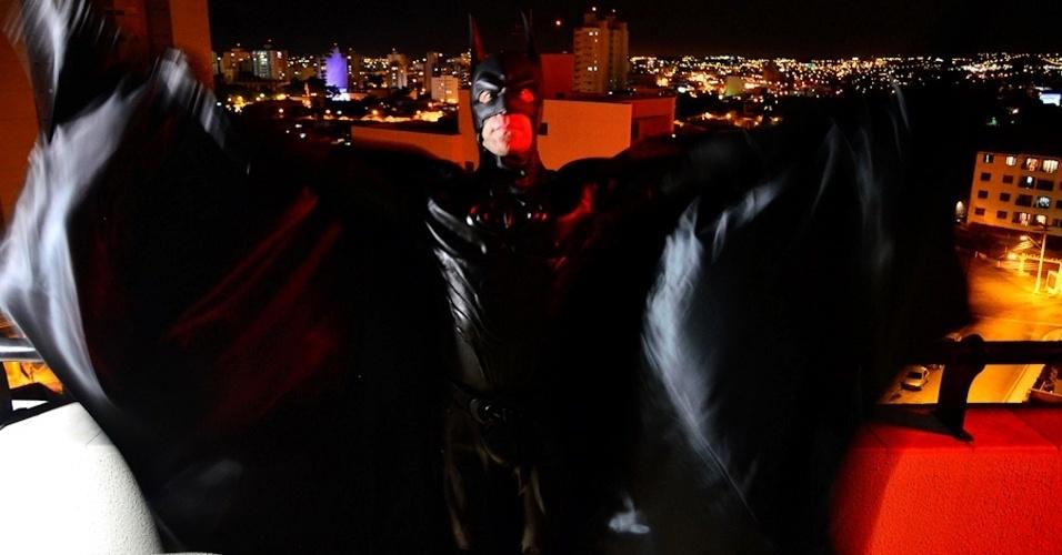 Fã de gibis e de super-heróis, André Luiz Pinheiro, 50, o Batman de Taubaté, aderiu ao cosplay (atividade em que os praticantes se fantasiam de personagens) em 2007, e, desde então, vai a festas infantis e eventos com outros cosplayers. O Bruce Wayne do Vale do Paraíba tem cerca de 250 fantasias, duas delas do Batman, que custaram mais de US$ 15 mil cada (cerca de R$ 27 mil)