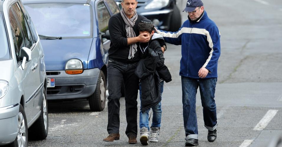 Adultos confortam estudante do colégio judaico Ozar Hatorá, em Toulouse, no sudoeste da França