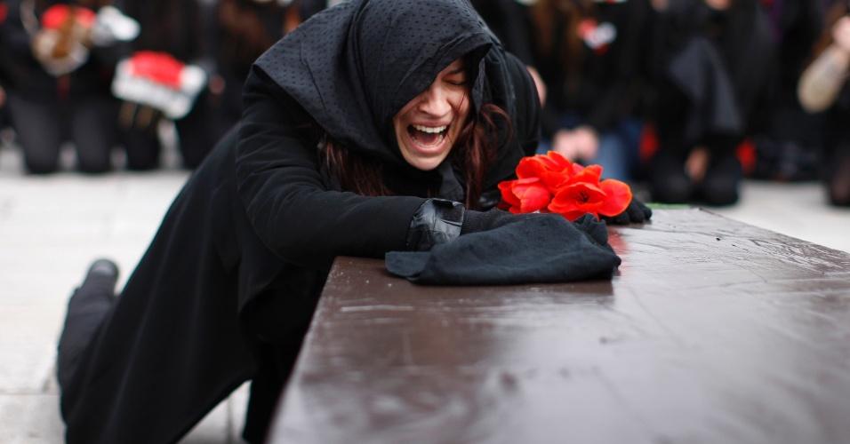 Aluna simula participar de um funeral em Quebec, durante um protesto contra o aumento das taxas na província canadense