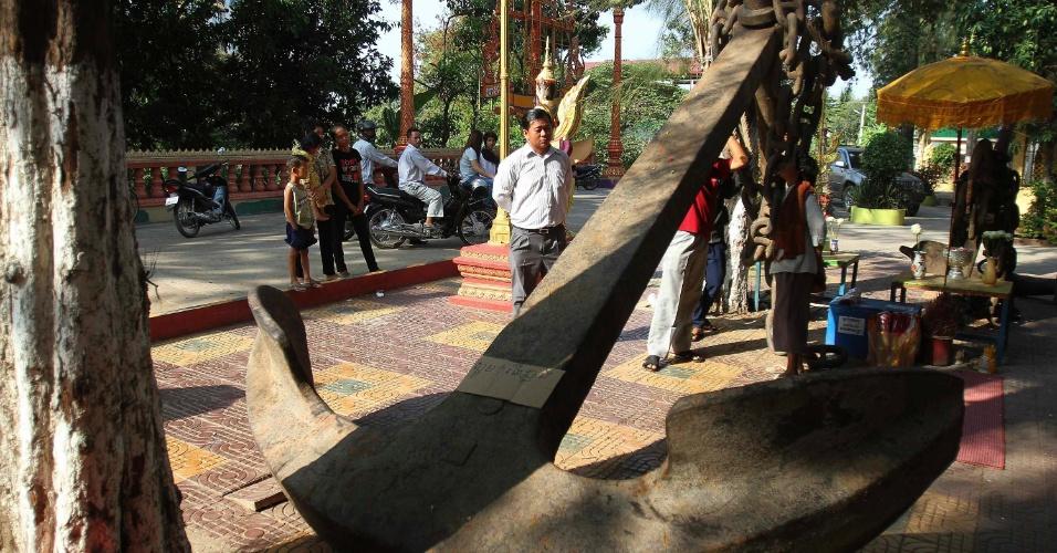Cambojanos observam âncora de 7 toneladas encontrada na convergência de três rios em  Phnom Penh, no Camboja
