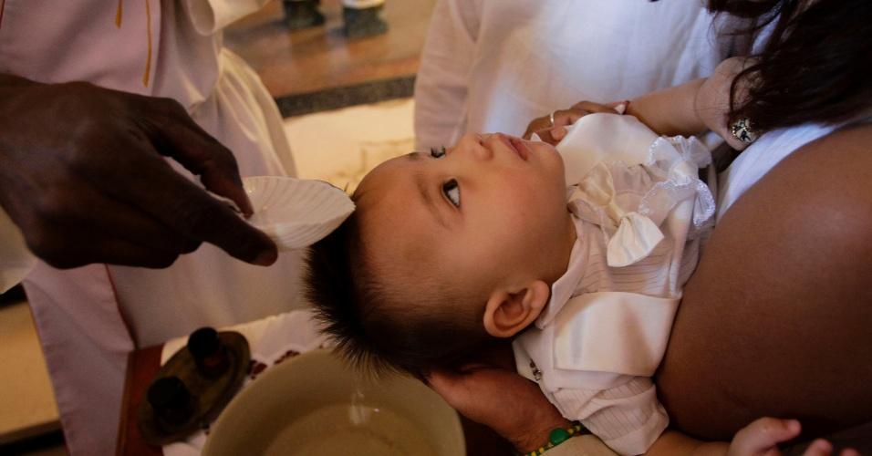 Criança é batizada em igreja católica de Havana, em Cuba