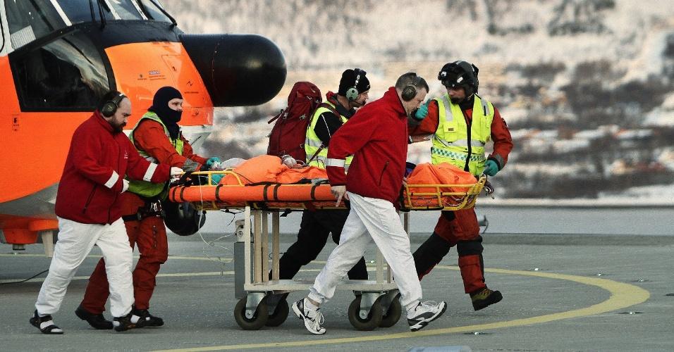 Equipes de resgate levam sobrevivente a hospital após ele ser atingido por uma avalanche em Kåfjorden, no norte da Noruega