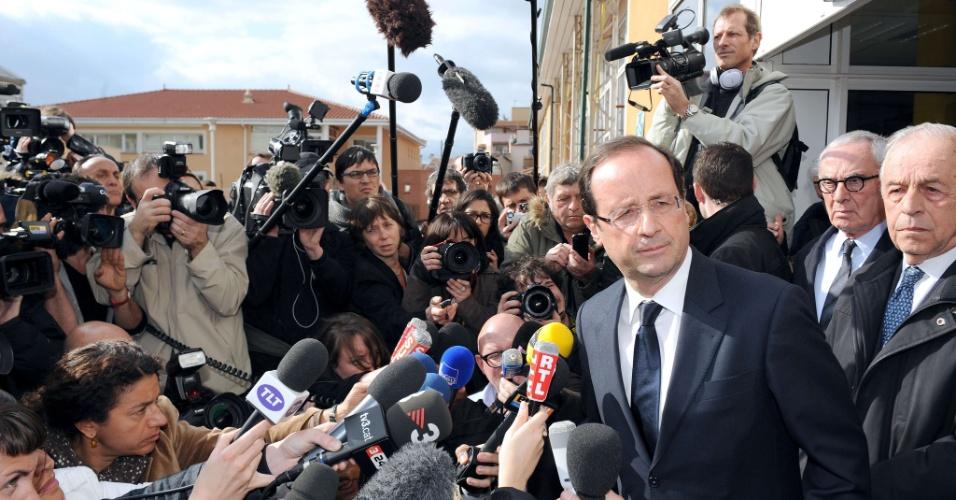 François Hollande, candidato do Partido Socialista para as eleições presidenciais da França, responde a perguntas de jornalistas em frente ao colégio judaico Ozar Hatorá, em Toulouse