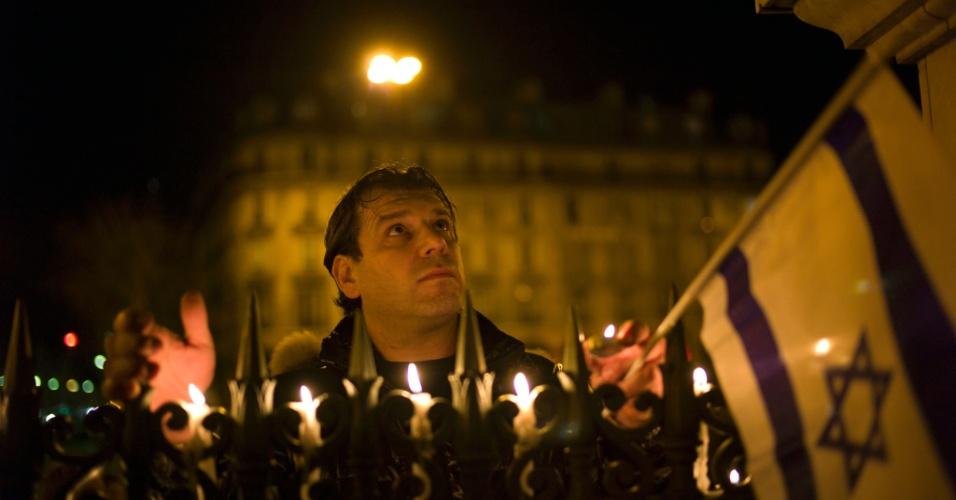 Homem participa de marcha silenciosa em homenagem às vítimas do tiroteio em frente ao colégio judaico Ozar Hatorá, em Toulouse, na França