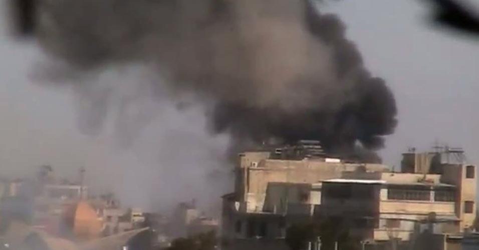 Imagem de um vídeo publicado no YouTube mostra fumaça na região de Bab al-Sibaa, em Homs, Síria. Segundo ativistas da oposição, a cidade foi bombardeada pelas forças do governo sírio