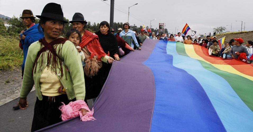 Indígenas equatorianos participam de um protesto contra a exploração petrolífera e mineral em uma rua de Latacunga, no Equador