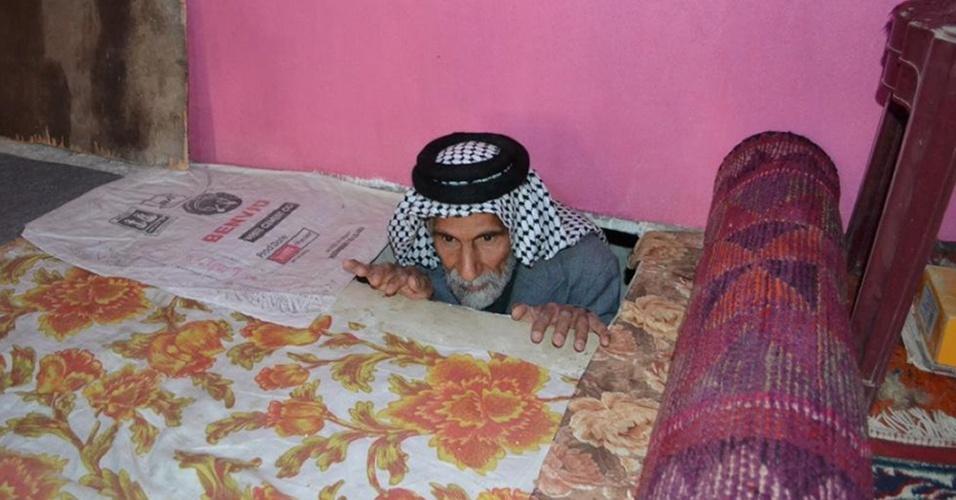 Iraquiano condenado pelo regime de Saddam Hussein viveu 22 anos escondido em buraco