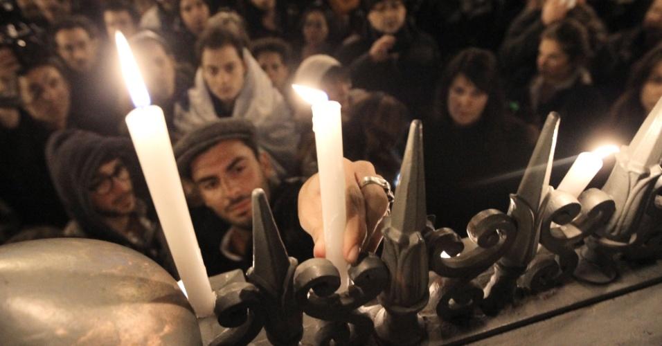 Manifestantes acendem velas durante marcha silenciosa em homenagem às vítimas do tiroteio em frente ao colégio judaico Ozar Hatorá, em Toulouse, na França