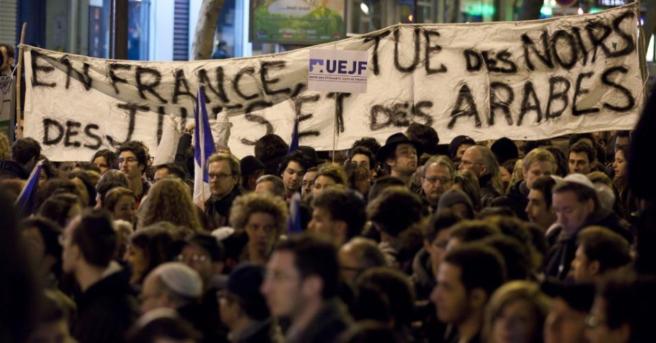 Manifestantes participam de marcha silenciosa em homenagem às vítimas do tiroteio em frente ao colégio judaico Ozar Hatorá, em Toulouse, na França