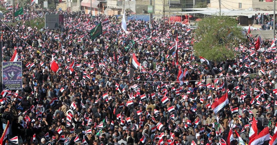 Milhares de partidários do movimento anti-EUA do clérigo Moqtada al-Sadr, participam de manifestação na cidade de Basra, no Iraque, que marca o 9º aniversário da invasão dos Estados Unidos ao país em 2003