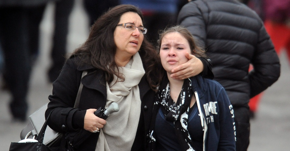 Mulher conforta jovem perto do colégio judaico Ozar Hatorá, em Toulouse, no sudoeste da França