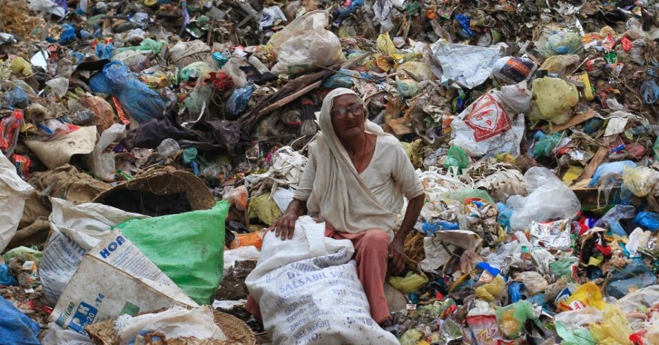 Mulher de 82 anos de idade recolhe materiais recicláveis para ganhar a vida em Karachi, no Paquistão