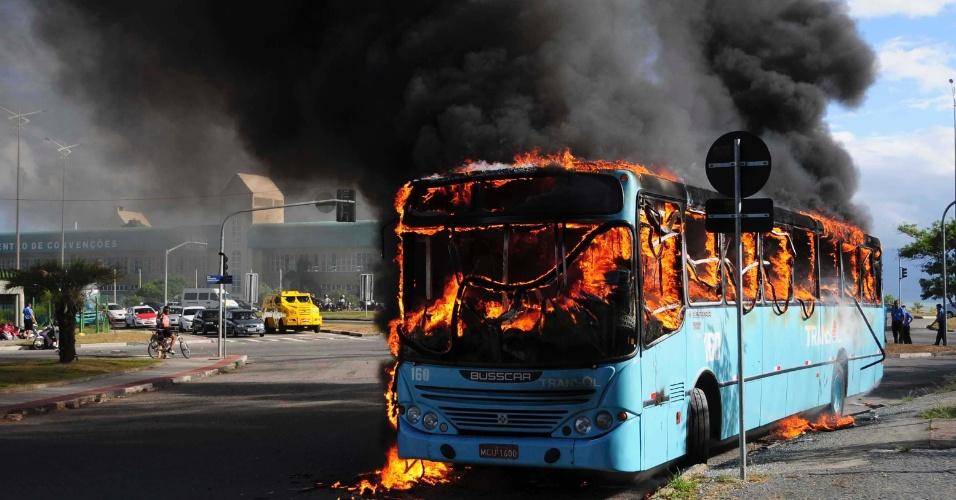 Ônibus foi incendiado por um vândalo no centro de Florianópolis, em Santa Catarina