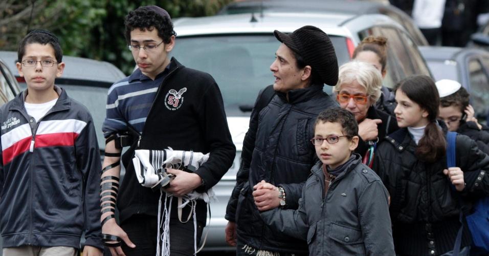 Parentes das vítimas do tiroteio deixam o colégio judaico Ozar Hatorá, em Toulouse, no sudoeste da França