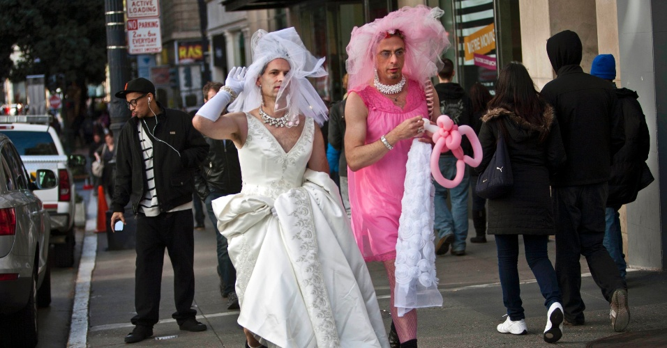 Participantes chegam para a Marcha das Noivas em San Francisco, nos Estados Unidos. Todos os anos, o desfile pelas ruas do centro da cidade conta com pessoas vestidas de noiva