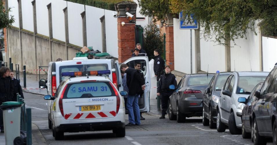 Policiais e equipes de socorro prestam primeiro atendimento nesta segunda-feira (19) às vítimas de um tiroteio em uma escola judaica em bairro residencial da cidade de Toulouse, no sudoeste da França