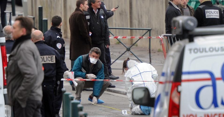 Policiais fazem perícia em frente ao colégio Ozar Hatorá, em Toulouse, no sudoeste da França