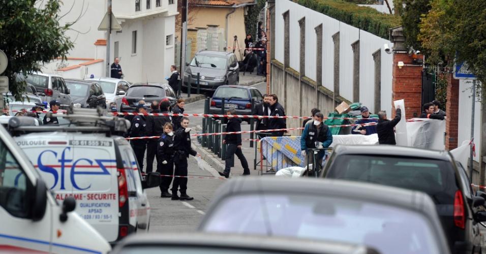 Policiais trabalham em frente ao colégio judaico Ozar Hatorá, em Toulouse, no sudoeste da França