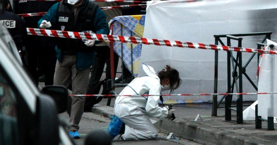 Policial realiza investigação pericial em frente ao colégio Ozar Hatorá, em Toulouse, na França