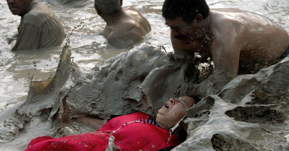 Religioso deita em lama para pedir por milagre durante procissão em homenagem a Nino Fidencio realizada em Monterrey, no México. Fidencio é um famoso mexicano 'curandeiro' cujo espírito, segundo a lenda, ainda cura as pessoas