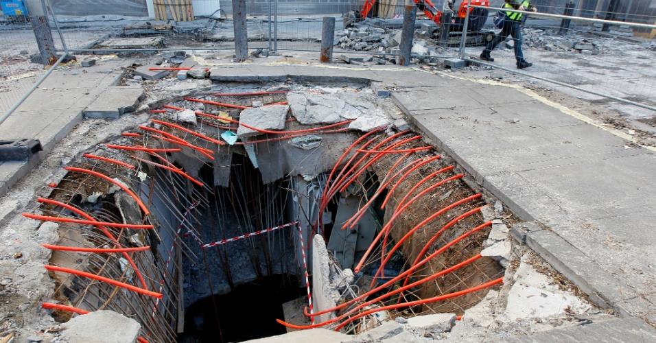 Trabalho de reparação em cratera criada por bomda do atentado em Oslo, na Noruega, é iniciado quase oito meses após o desastre de 22 de julho de 2011