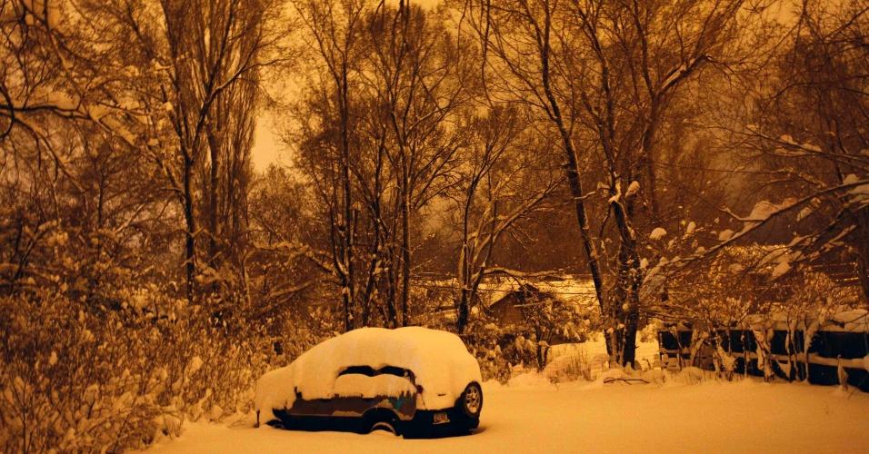 Vários centimetros de neve cobrem veículo estacionado em Flagstaff, no Arizona (Estados Unidos). Uma tempestade de neve colocou o nível das temperaturas abaixo do normal na Califórnia e em outros Estados, incluindo o Arizona, onde rodovias ficaram temporariamente fechadas