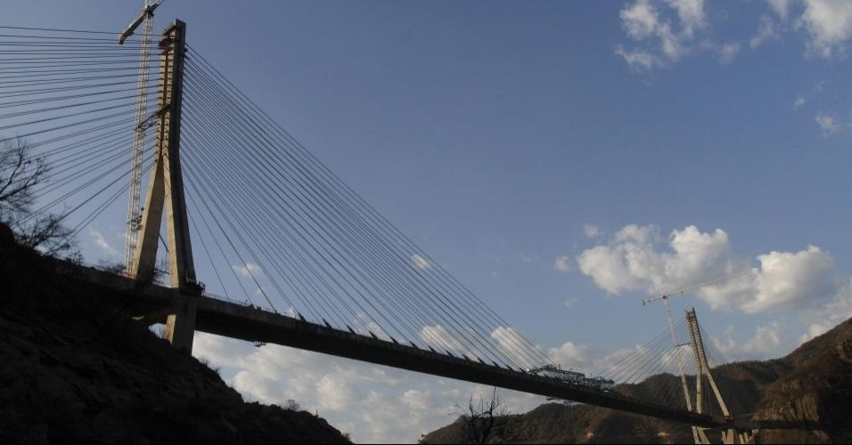A ponte Baluarte foi lan&#231;ada oficialmente no M&#233;xico. Com 1.124 metros de comprimento e 403 metros de altura, ela &#233; a mais alta em suspens&#227;o do mundo. O presidente do M&#233;xico, Felipe Calder&#243;n, recebeu um certificado do Guinness Book pelo recorde que seu pa&#237;s quebrou ao construir a ponte estaiada
