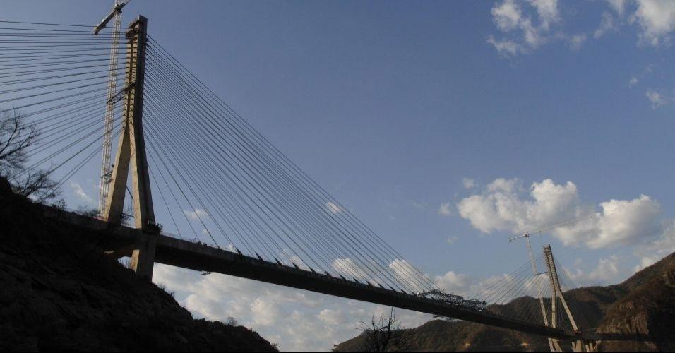 A ponte Baluarte foi lançada oficialmente no México. Com 1.124 metros de comprimento e 403 metros de altura, ela é a mais alta em suspensão do mundo. O presidente do México, Felipe Calderón, recebeu um certificado do Guinness Book pelo recorde que seu país quebrou ao construir a ponte estaiada