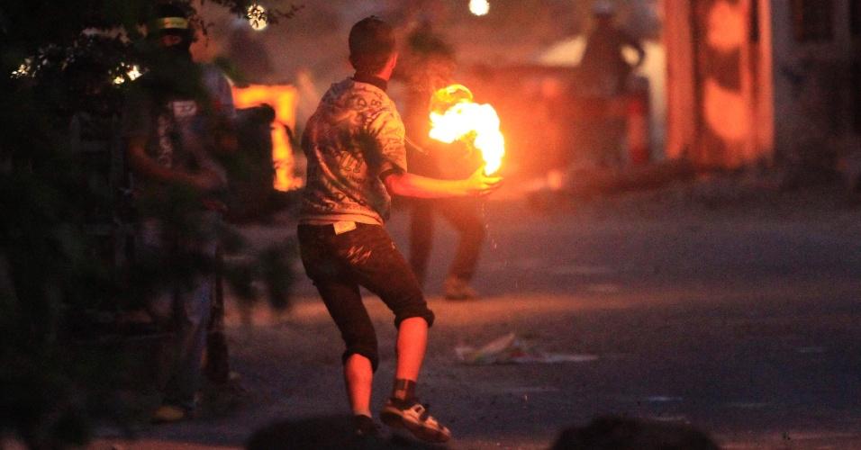 Bareinita se prepara para lançar coquetel Molotov em Manama, capital do Bahrein