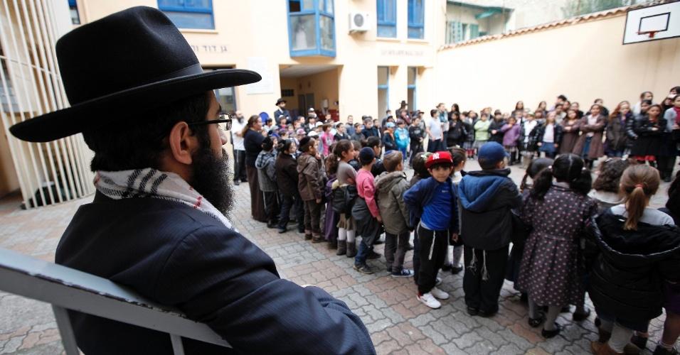 Crianças dedicam um minuto de silêncio, na escola judaica Kerem Menahen, em Nice, na França, às vítimas do tiroteio em frente ao colégio Ozar Hatorá