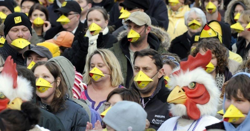 Foliões ocupam quarteirão no centro de Grand Rapids, em Michigan (EUA), em tentativa de bater o recorde do maior grupo de pessoas usando máscara de bicos de animais. De acordo com os organizadores, 607 pessoas enfrentaram 30º C e usaram as máscaras por 11 minutos e 39 segundos