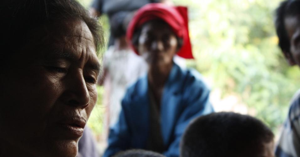 Foto divulgada pela organização Human Rights Watch mostra mulher deslocada explicando como ela e três de seus netos foram atacados a tiros pelo exército birmanês em duas ocasiões, enquanto buscavam refúgio em 2011, no Estado de Kachin, no norte de Mianmar